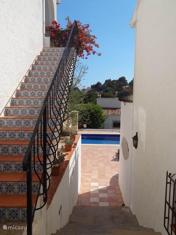 Deze trap, aan de zijkant van Casa Morena, geeft toegang tot het appartement dat wij verhuren.