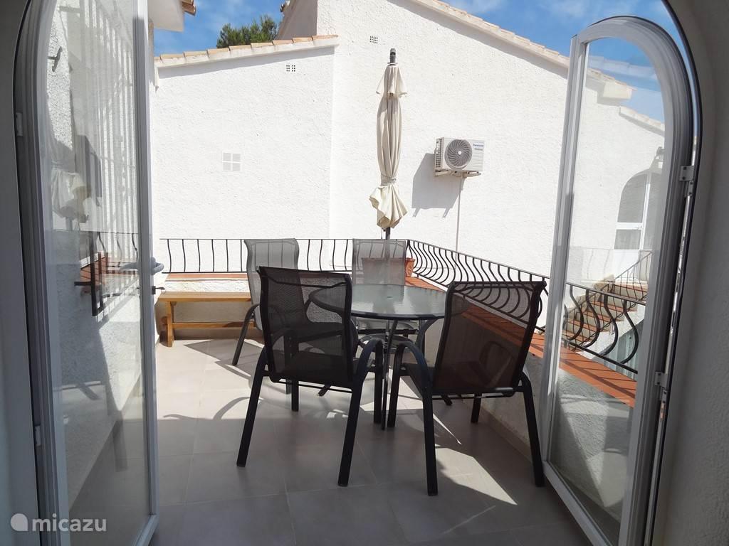 Dit balkon is een prima plek om lekker te zitten. Van vroeg in de ochtend tot in de avond zit je hier in de zon. De parasol biedt voldoende beschutting.