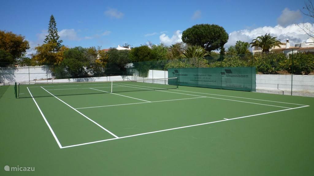 De tennisbaan (in 2014 gerenoveerd) ligt aan de voorzijde van het huis, zodat het tennisspel de gasten rond het zwembad niet stoort. De tennisbaan heeft aan de achterzijde en zijkanten voldoende uitloopmogelijkheden om een mooie partij te kunnen tennissen.