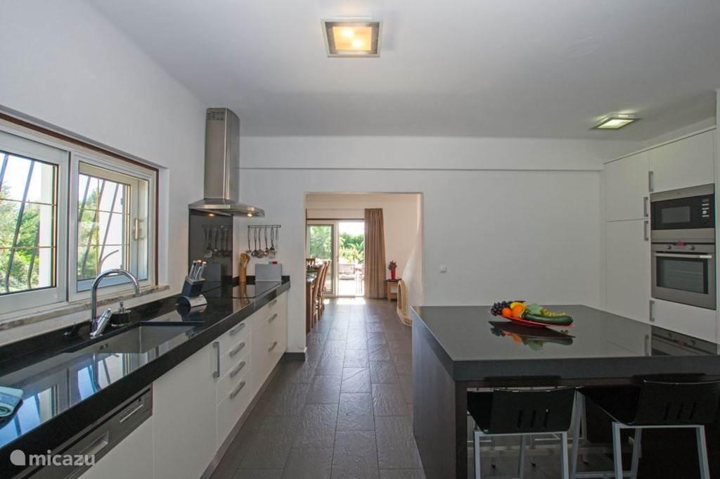 De keuken grenst direkt aan de eetkamer en ook het terras is gemakkelijk vanuit de keuken bereikbaar.