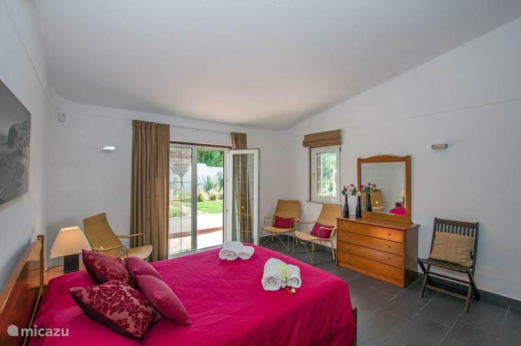 Slaapkamer 1. Alle slaapkamers zijn voorzien van een antracietgrijze tegelvloer, gestucte wanden en plafonds, een dressoir en  ingebouwde kledingkasten.