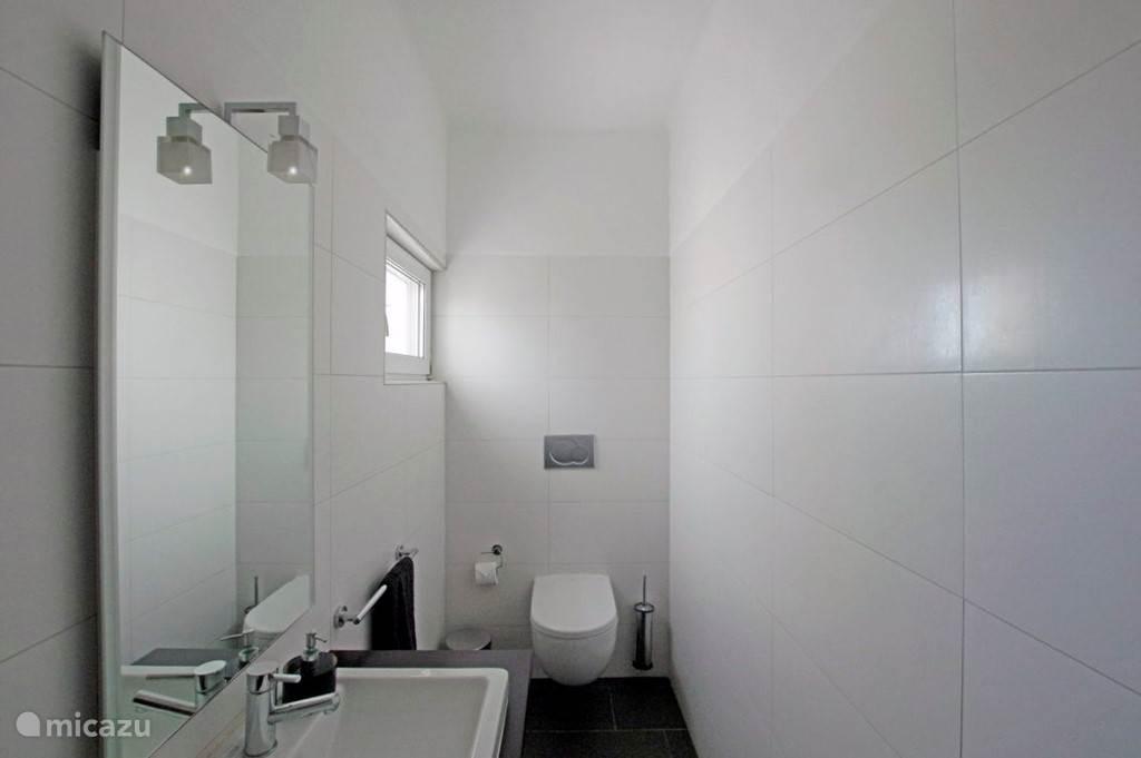 Separaat toilet op de begane grond.