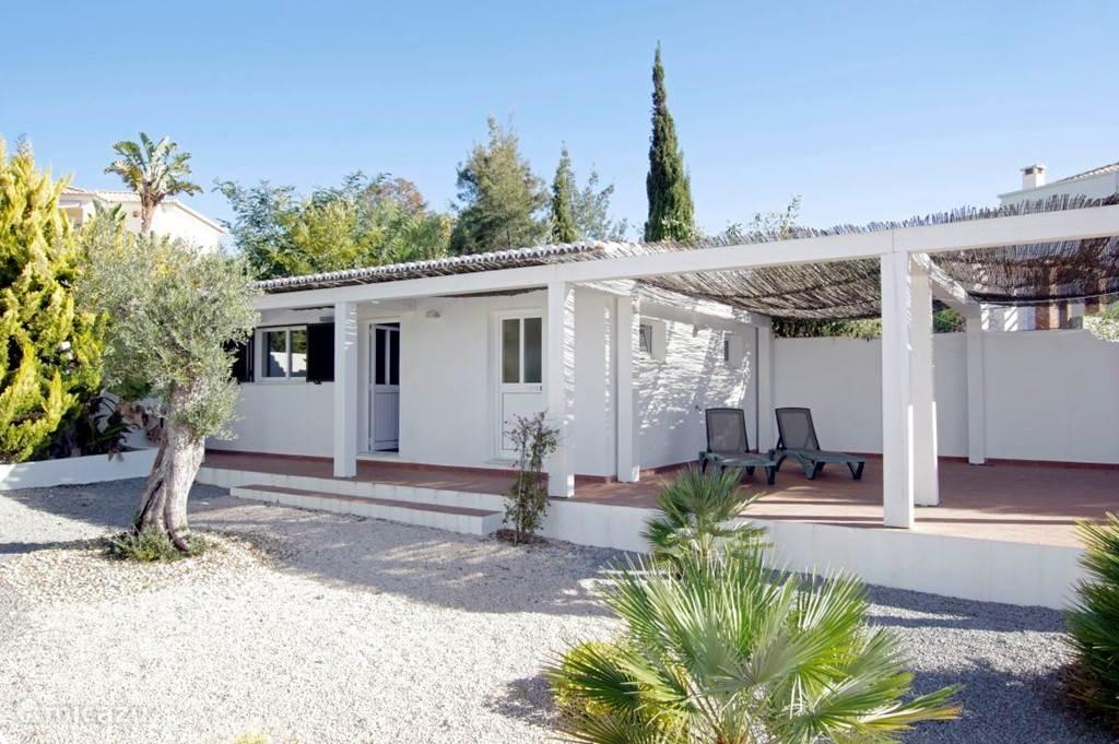 Het guesthouse, bevindt zich op één van de hoeken van de tuin, waardoor ook hier rust en privacy gewaarborgd zijn.  Ideale (slaap)plek voor ouders of grootouders