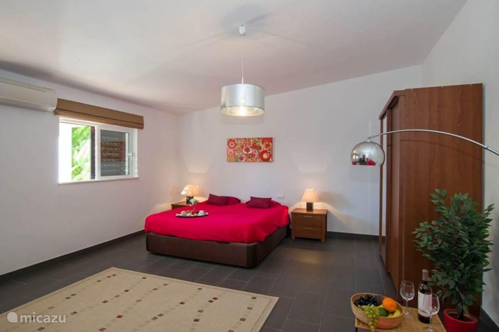 Guesthouse is gezellig ingericht en voorzien van airco en sateliettelevisie.