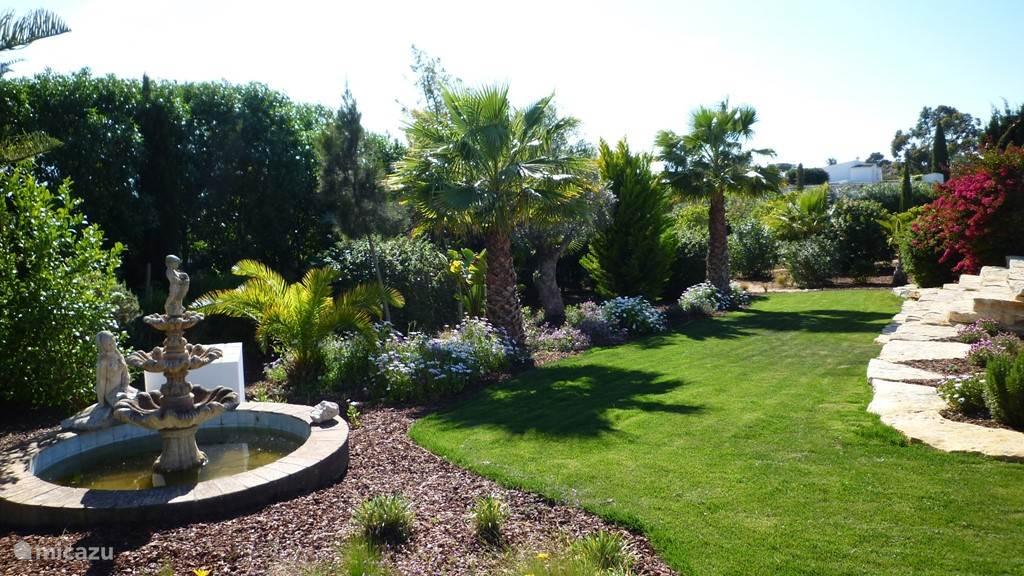 In 2009 is de tuin grotendeels opnieuw aangelegd, waardoor de tuin nu aangeplant is met een grote diversiteit aan bomen, planten en heesters, waaronder veel fruitbomen, palmbomen en olijfbomen. In 2015 is het gazon vernieuwd en is er een waterput geslagen, waardoor iedere nacht gesproeid kan worden