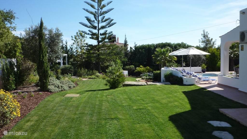 Aanzicht tuin vanaf het terras bij het guesthouse.