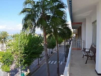 Dit is het uitzicht van het balkon wat om het appartement loopt. Links is de haven (zie foto 12) en rechts het strand.(zie foto 11)