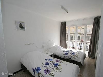 1 van de 3 slaapkamers rechts achter de kast is nog een kamer met  eenpersoonsbed + onder schuif bed.Zie foto 7  Slaapkamer 2