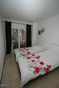 De slaapkamer 1 voor bij het balkon.
