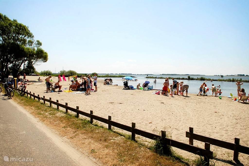Het Lutjestrand aan het Amstelmeer is gelegen op 200m