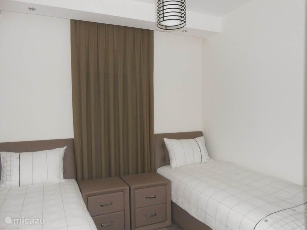 Deze slaapkamer heeft 2 één persoons bedden.