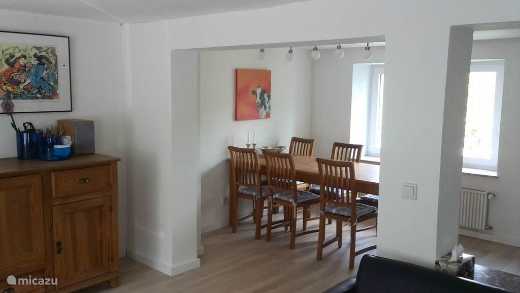De ruime en lichte woonkamer