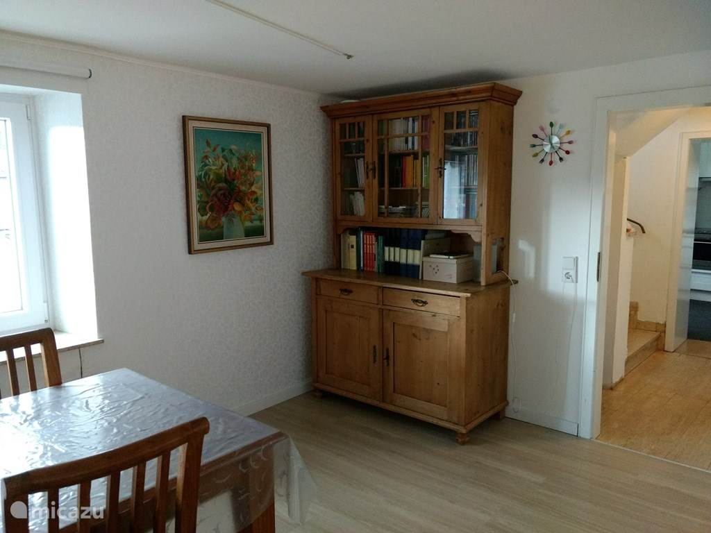 buffetkast in woonkamer met spelletjes, boeken en dvd's