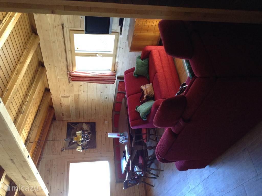 De originele hoekbank met grote tafel is na de verbouwing teruggeplaatst. Heerlijk lang natafelen in de gezellige warmte van de Kachelofen.