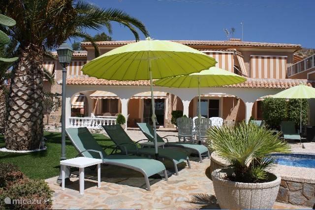 Casa Ana heeft een omheind eigen terras en grenst aan de tuin met palmen, zwembad en ligbedden. Het zwembad heeft een zoutsysteem en is dus niet op basis van chloor. Er zijn voldoende parasols aanwezig indien de schaduw de voorkeur heeft. Een heerlijke plek om van of om weg te dromen!