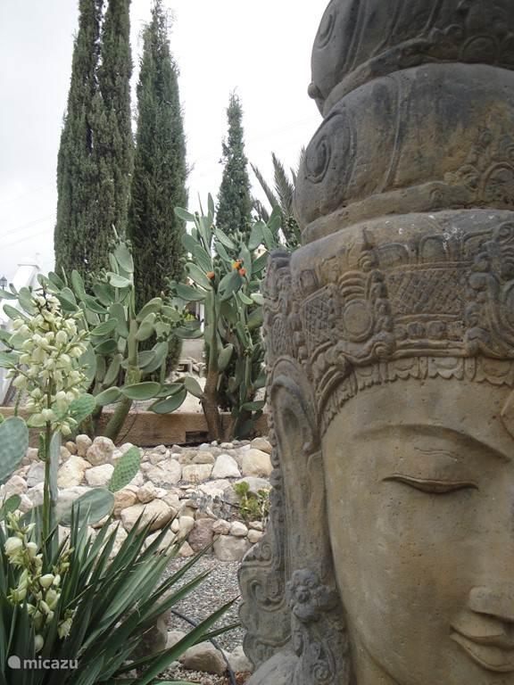 Naast palmen en cactussen is de tuin ook opvallend door de diverse prachtige beelden en rotspartijen.