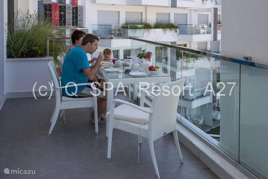 Het ruime terras van 20m² is zon georiënteerd tot de late avond met zicht op de prachtig aangelegde tuinen. Een tafel, zes gemakkelijke terrasstoelen en parasol wachten op gasten. Hier ontbijten is heerlijk!