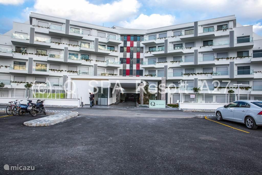 Het appartement is gelegen in Q Spa Resort in Side - Evrenseki op slechts 900 meter wandelafstand van het strand met Blauwe Vlag. Er is een gratis shuttle voorzien naar het strand.