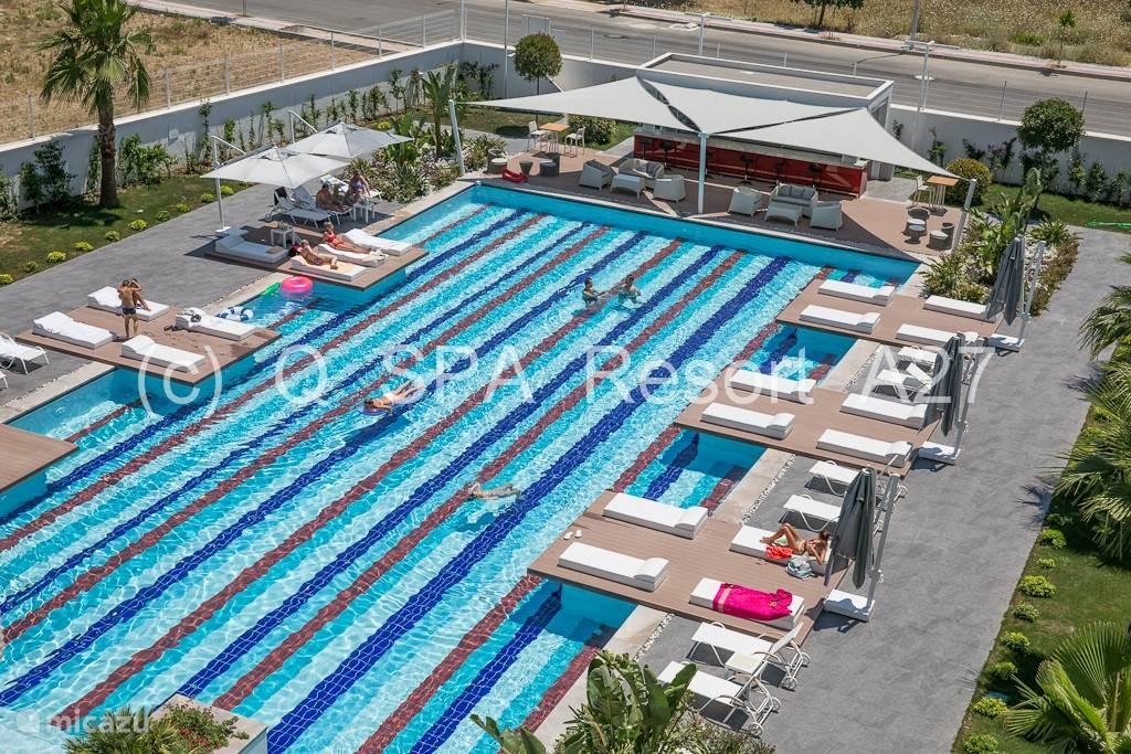 Door de zomerse temperatuur is verwarming van het zwembad niet noodzakelijk. Speciaal voor de kinderen is er buiten ook een apart zwembadje (25m²).