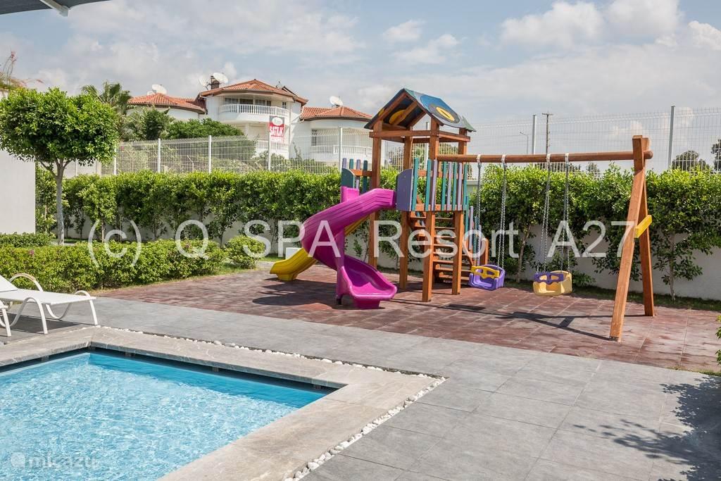 Kinderspeelplaats met speeltuin en zwembadje (25m²) voor de allerkleinsten.