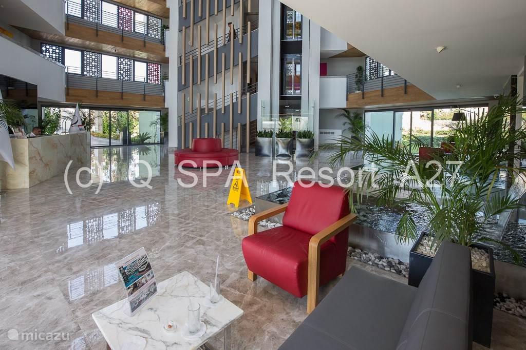 Met een glazen panoramische lift bereik je appartement A27 op de derde verdieping.