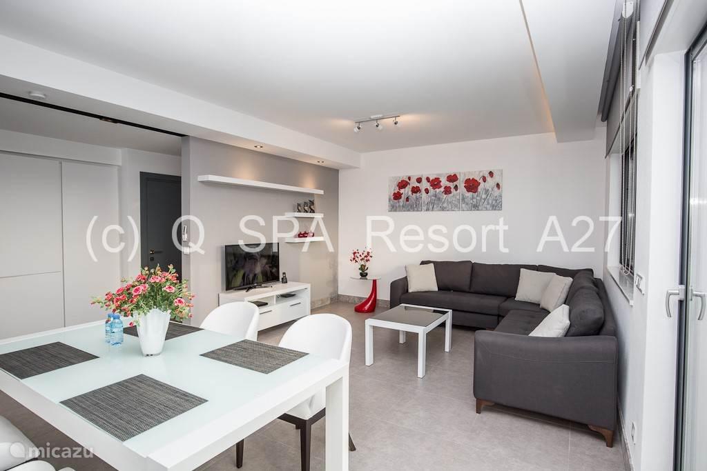 Het luxueus, ruim en volledig ingericht appartement  met een eethoek, een open keuken, is voorzien van alle apparatuur om er een fantastisch verblijf van te maken.