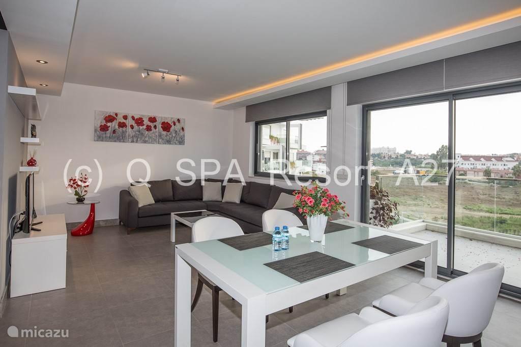 Het appartement (120 m²) is gelegen op de derde verdieping en is zon georiënteerd tot de late avond.