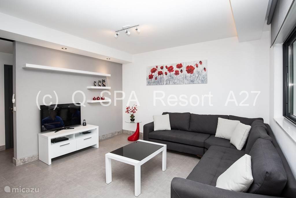 De ruime zithoek is uitgerust met stijlvolle verlichting en comfortabel meubilair, een Smart 42 LED tv, dvd speler en gratis snel Wi-Fi.