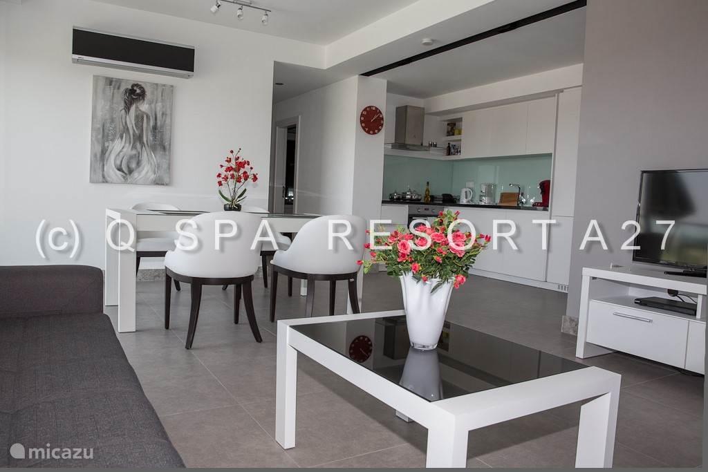 Eetkamer, keuken, woonkamer en hal zijn één grote open ruimte. De eethoek biedt plaats aan 4 gasten. Alle kamers zijn voorzien van airco.