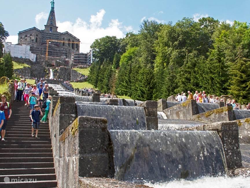 Wilhelmshöhe in Kassel: mooi wandelpark met spectaculaire cascade van water