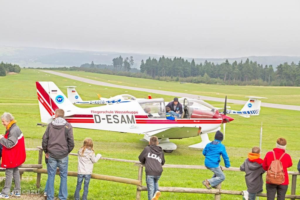 Meevliegen met een klein vliegtuig bij de Wasserkuppe.