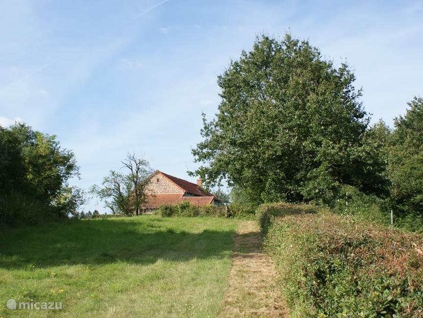 Vanaf de zuidkant een indruk van de privé ruimte rond de boerderij.
