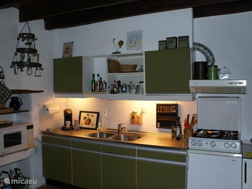 De keuken voorzien van de benodigde comfort.