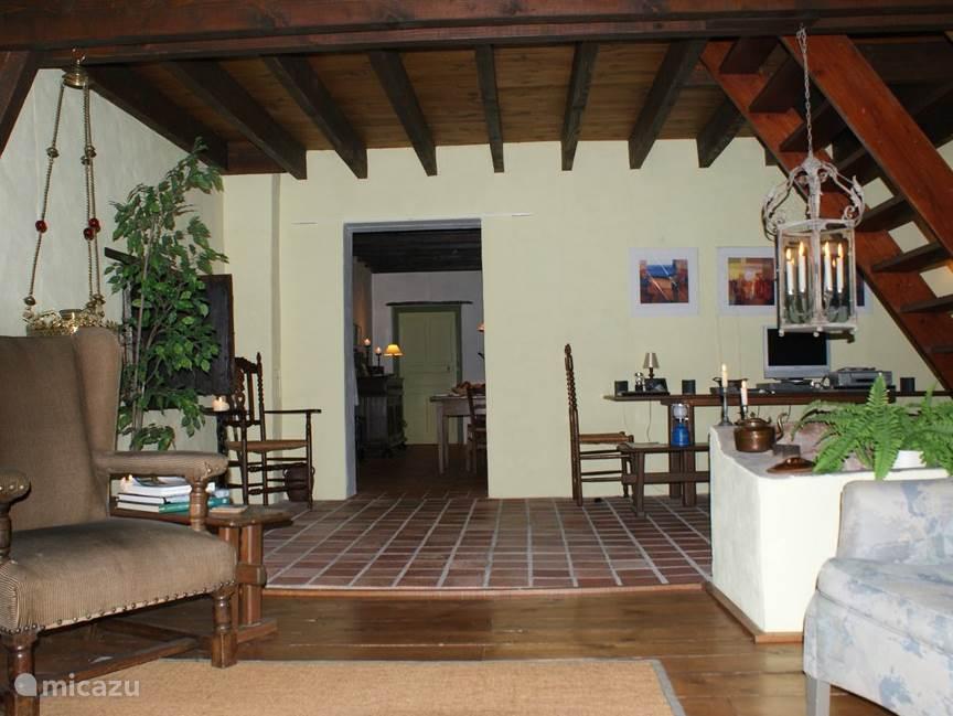 Foto genomen vanaf de bank in de woonkamer met een doorkijk naar de woonkeuken.