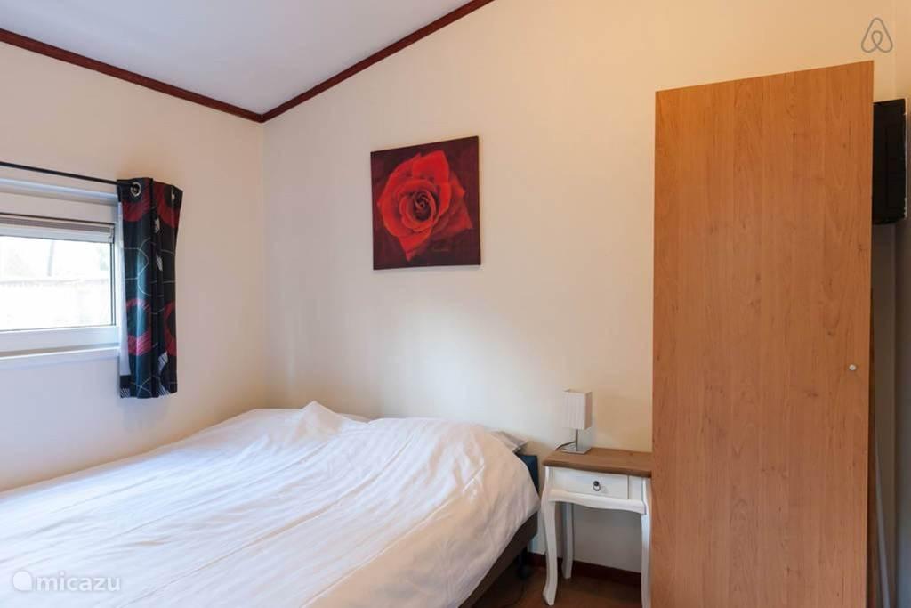 De slaapkamer voor 2 personen ingericht, met kastruimte en toegang tot de badkamer.