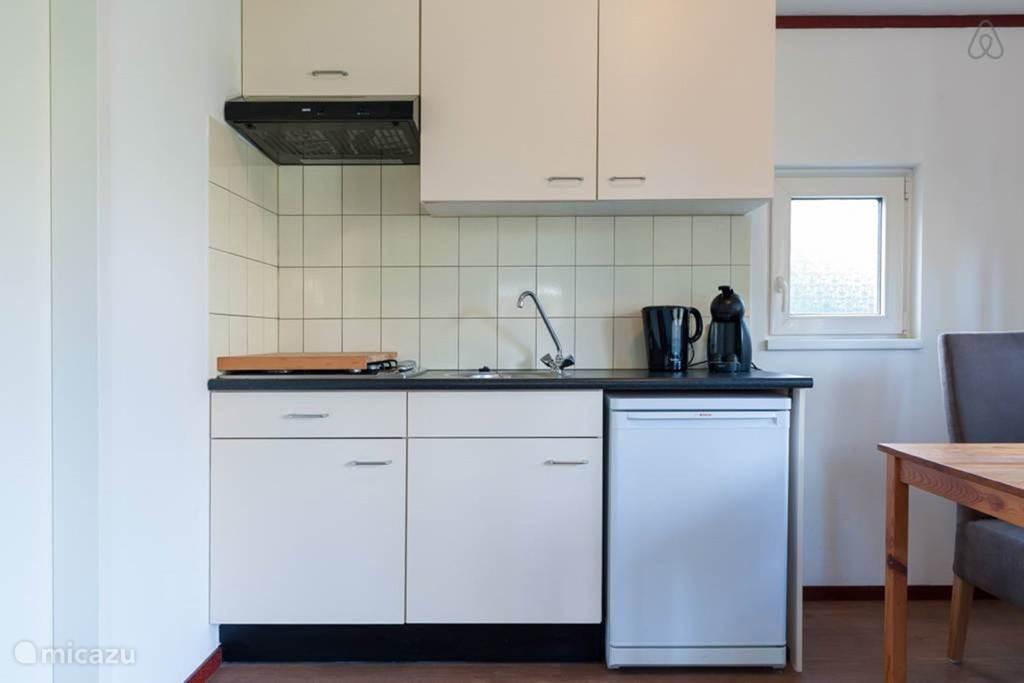 De kitchenette is voorzien van alle basisgemakken.