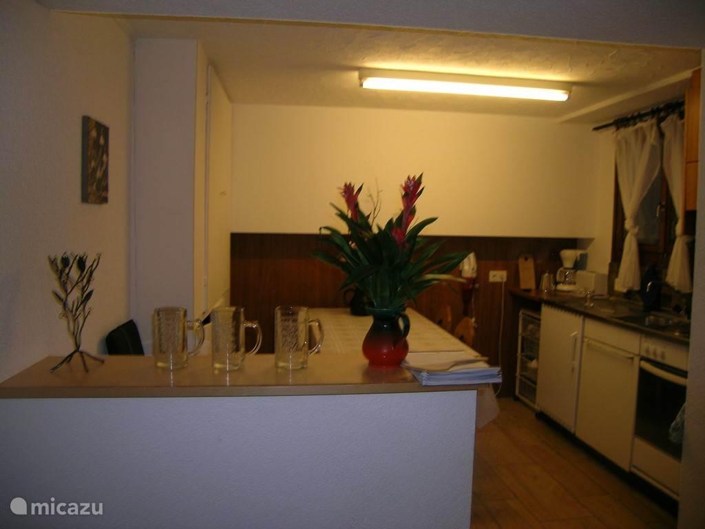 De eetgedeelte  met open keuken  Zicht vanuit de woonkamer