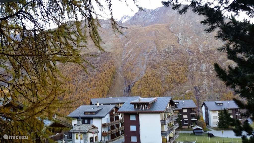 Nogmaals uitzicht vanuit de zijkant van het terras naar de bergen
