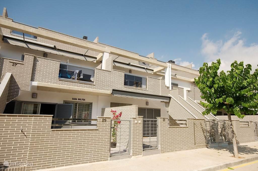 aanzicht van de woning casa Solyda  begane grond met tegel terras, woonkamer. keuken, 3 slaapkamers, 2 toiletten met douches en wastafel, airco/cv en van alle gemakken voorzien. Goed bereikbaar en gratis parkeren voor de deur.