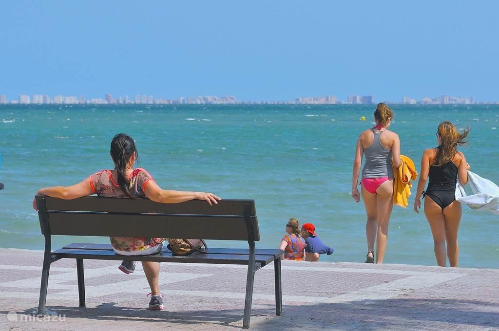 Zicht vanuit de boulevard naar het strand.