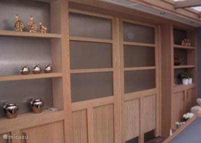 De keuken is van de woonkamer af te scheiden door middel van schuifdeuren.
