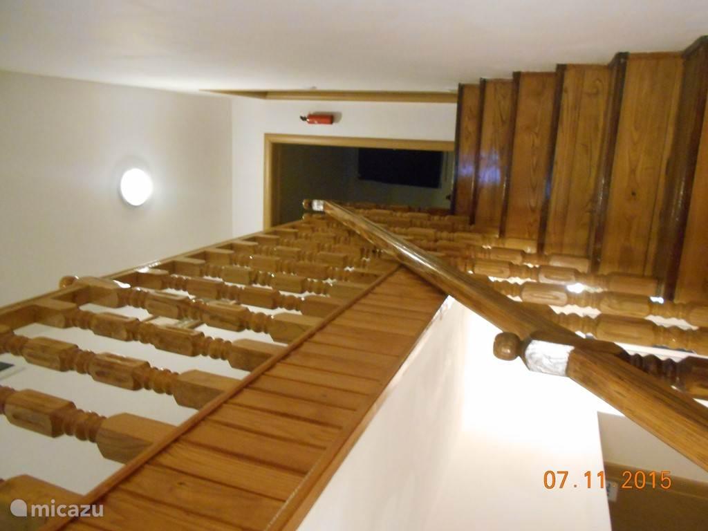 de kamers 1, 2 en 3, en de toeristen keuken, en het grote dakterras liggen op de bovenverdieping