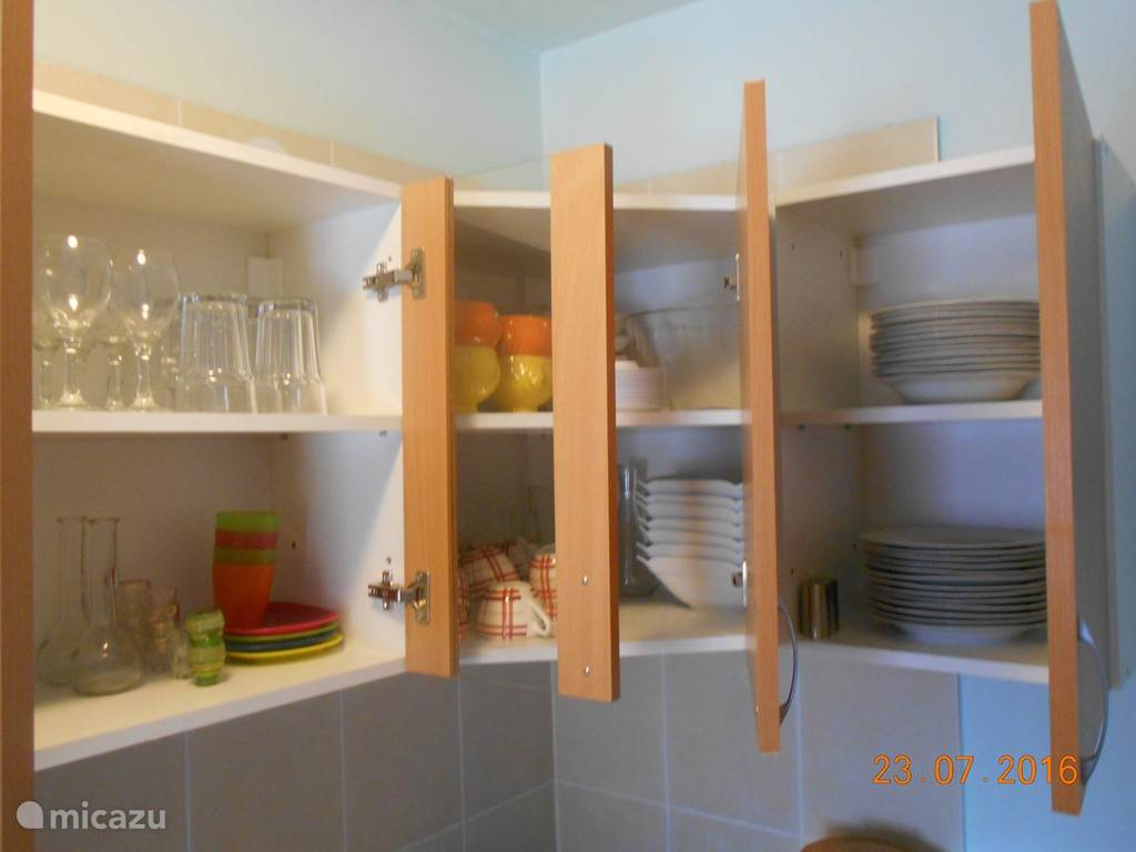 In de keukenkasten is het nodige bestek aanwezig.