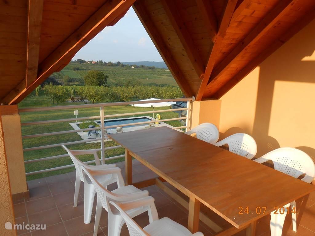 Het is toch leuk om te ontbijten en/of te lunchen met zicht op zwembad, tuin, wijngaard en heuvels... Achteraa in de verte (45m), in de tuin, staan misschien nog de wijnflessen van de avond voordien op de tafel op het wijngaard-terras...