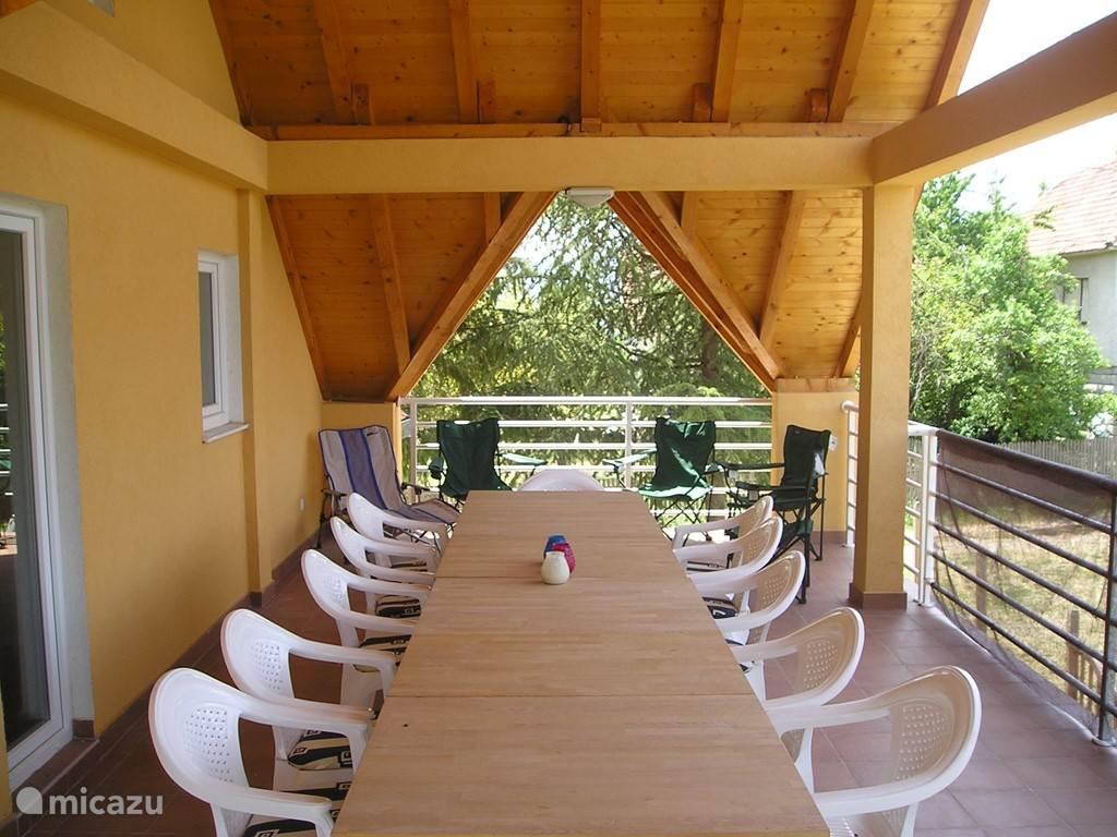 Er is ruimte genoeg op dit grote dakterras. De stoelen zullen vervangen worden: dezelfde als deze op het BBQ-terras.