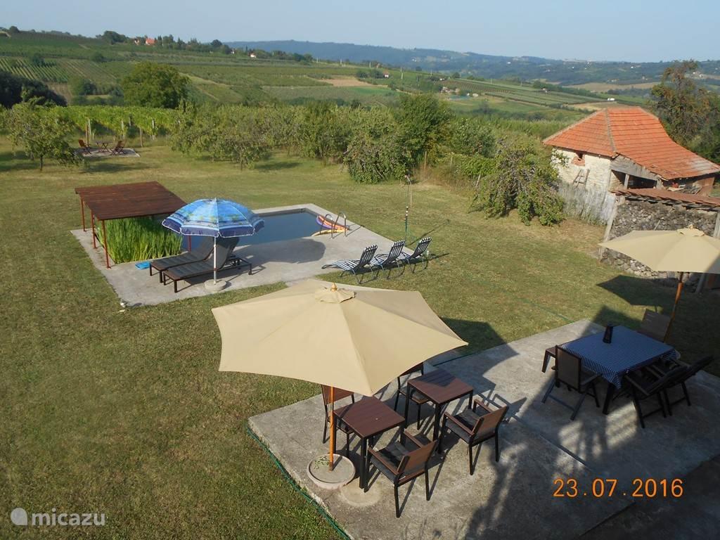 16:00, neergaande zon. Het zwembad is 6m x 3m x 1.5m groot, het bad met de zuiverende gele lis planten is 3mx1.5m groot. Indien nodig kunnen vijverproducten toegevoegd worden voor een mooier biologisch evenwicht: de buurman Slavko regelt dat wel.