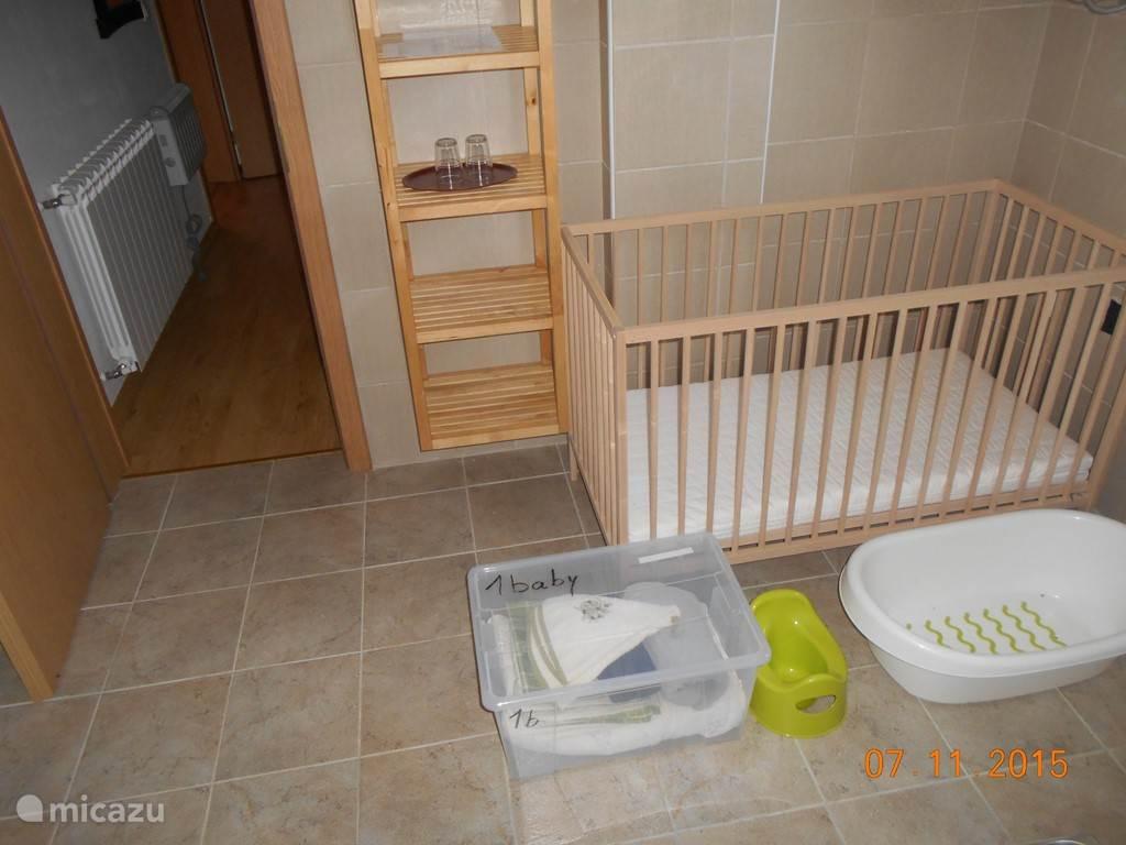 de baby-set die ook bij kamer nummer 1 hoort. Er is ook een aangepaste kinderstoel en kinderbestek in de keuken aanwezig