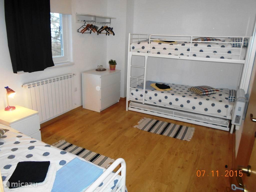 dit is kamer nummer 3, de kinderkamer met 3 (+1) bedden heeft ook een eigen badkamer (elke slaapkamer heeft een eigen badkamer)