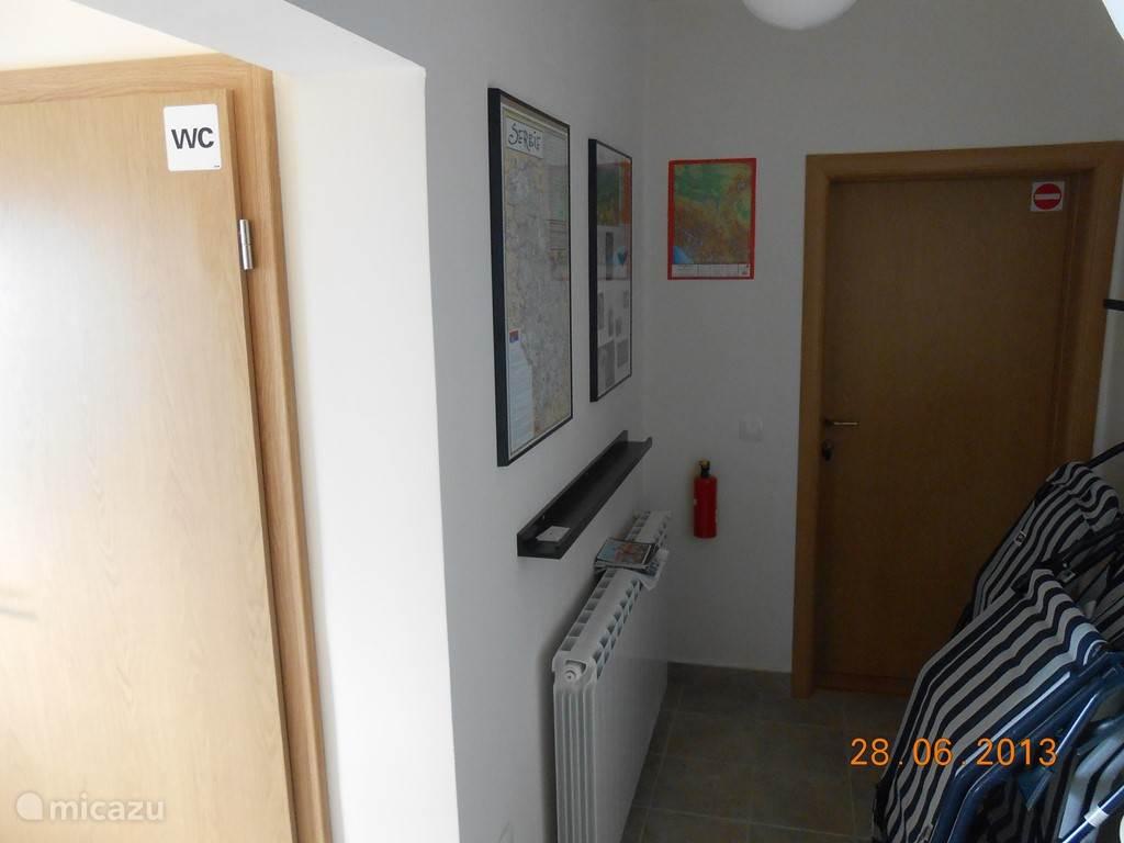 Op het gelijkvloers, vlakbij de achterdeur, en ook vlakbij een 4de slaapkamer (extra kamer met badkamer), is er een informative-hoek. Er hangen 3 toeristische kaarten met aangeduide bezienswaardigheden. Er zijn ook een 10-tal toerismefolders. De ligzetels staan klaar voor aan het zwembad.