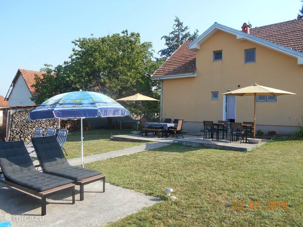 Heerlijk ontspannen genieten in de achtertuin. Terrassen, barbecue, ... nieuwe tuinmeubelen 2016. 16:00 en nog lekker zonnen aan de biologisch zuivere zwemvijver.